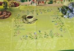Mitteldecke grün gestickt: Blumen